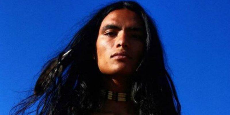 Az erős indián, aki az eget tartja